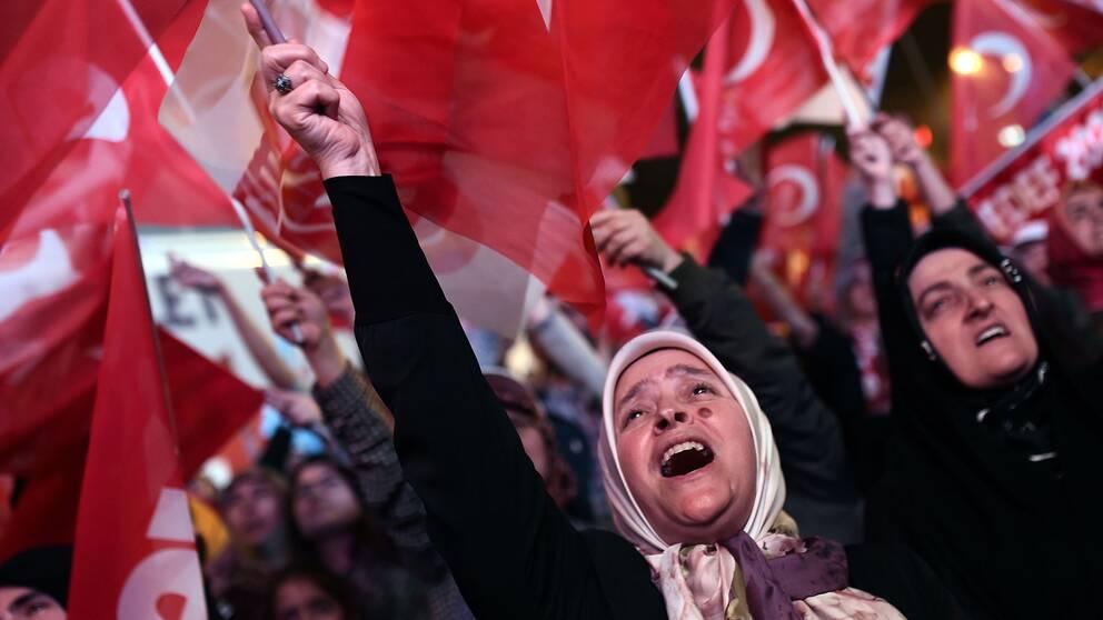 """Firande ute på gatorna i Turkiet efter att """"ja-sidan"""" segrat i folkomröstningen. Men enligt valobservatörer genomfördes folkomröstningen inte på lika villkor."""