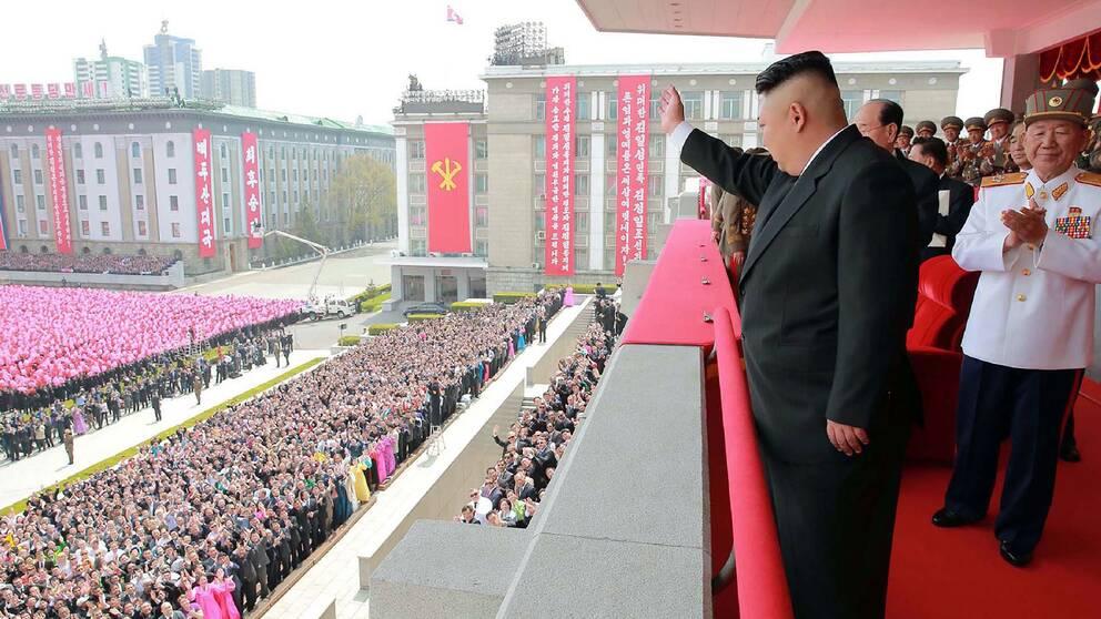 Nordkoreas diktator Kim Jon Un i samband med paraden i huvudstaden Pyongyang där det firades att det är 105 år sedan Nordkoreas landsfader Kim Il Sung föddes.