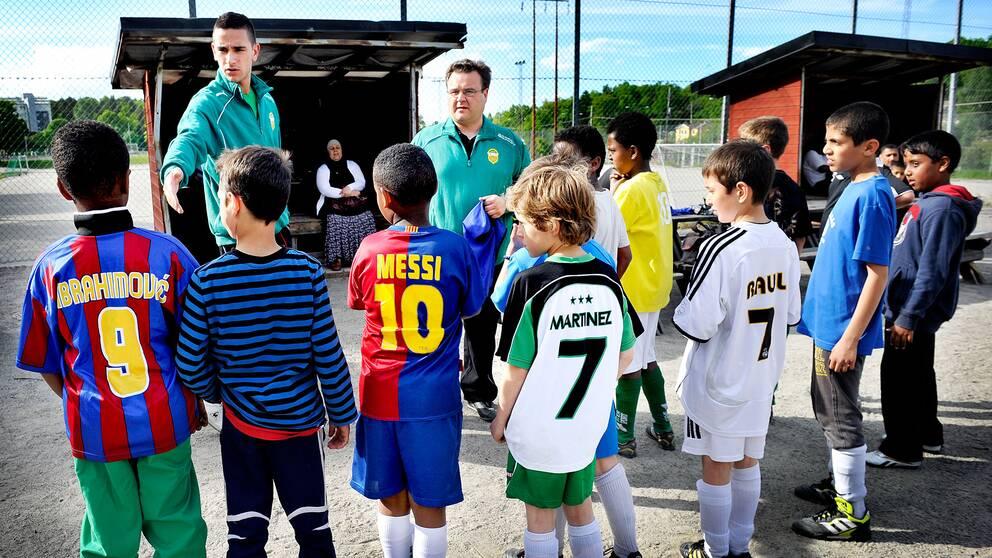 Fotbollstränare med lag.