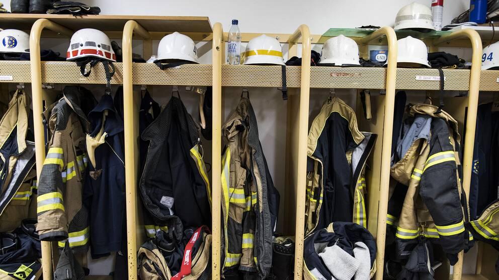 brandmäns klädhyllor, med hjälmar, rockar, stövlar, med mera.