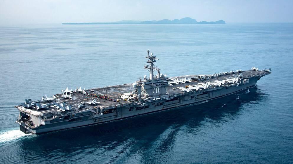 Det amerikanska hangarfartyget USS Carl Vinson seglar genom Sundasundet mellan Java och Sumatra den 15 april, fyra dagar efter att Vita huset sagt att fartyget var på väg mot Nordkorea.