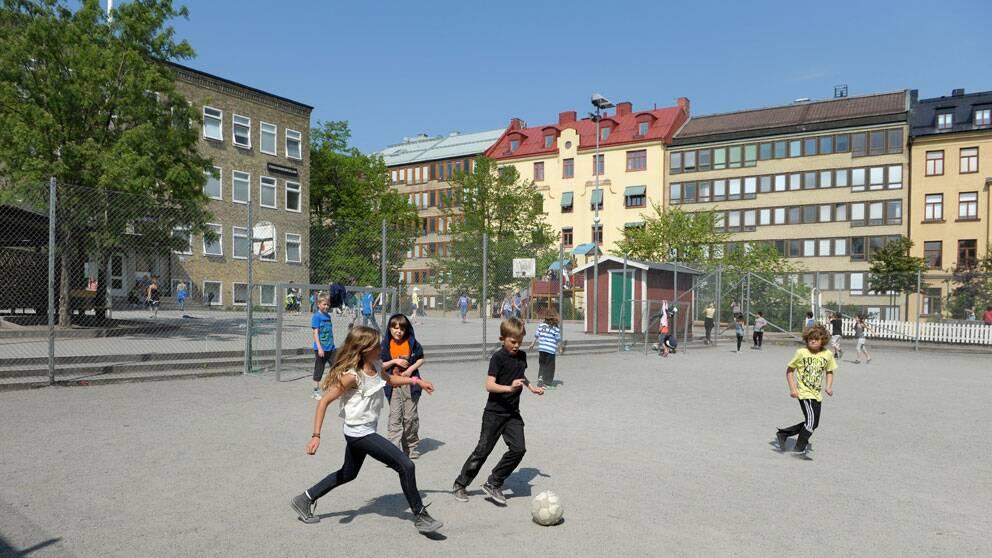 Unga spelar fotboll. Foto: Scanpix