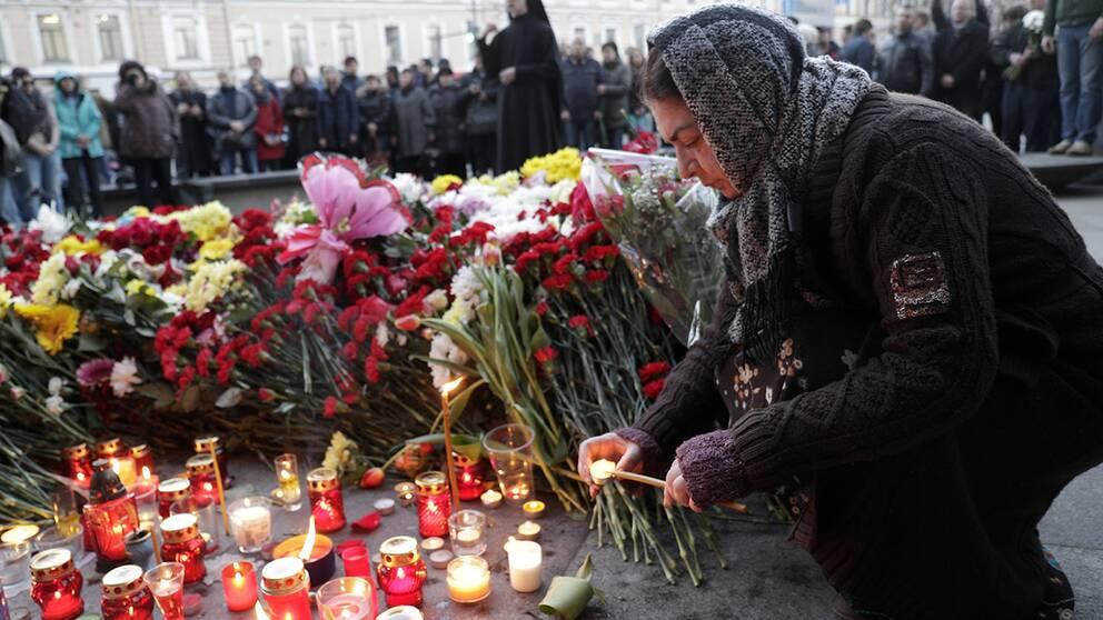 En kvinna hedrar offren för tunnelbanebomben i S:t Petersburg