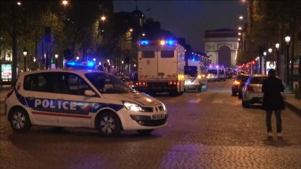 Polisbil och Triumfbågen i Paris.