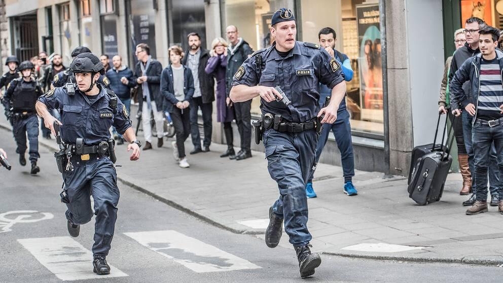 Poliser vid terrorattacken i Stockholm.