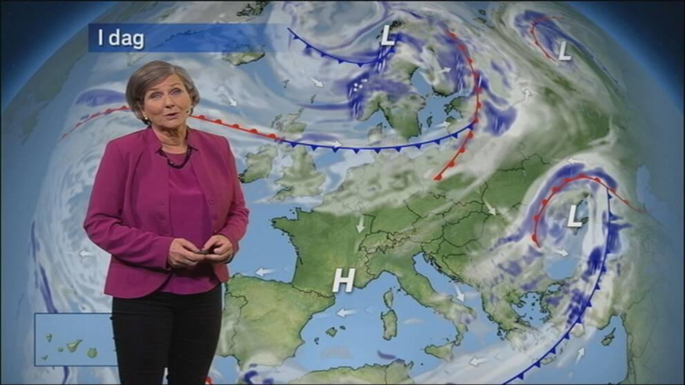 Helen Tronstad framför väderkarta