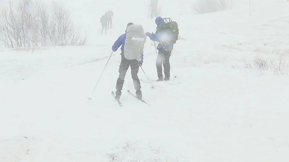 skidåkare i snöstorm