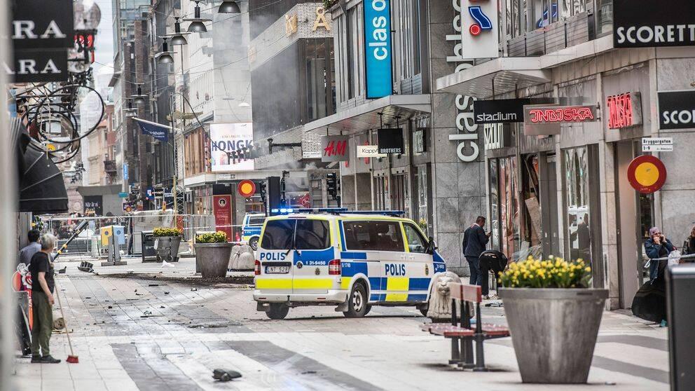 Förödelse på Drottninggatan strax efter dådet. En ambulans står i mitten.