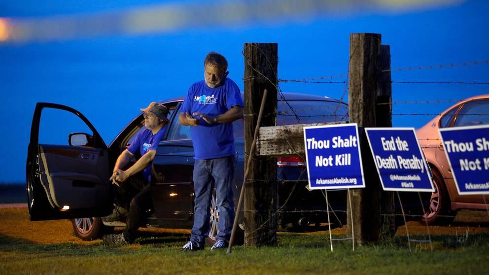 Dödsstraffsmotståndare protesterar mot beslutet i Arkansas.