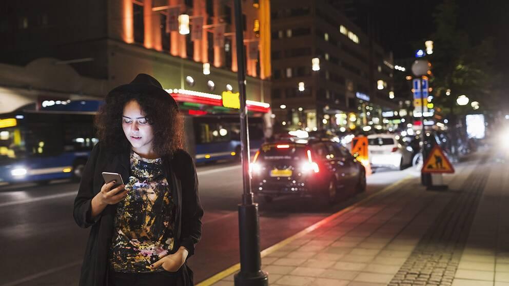 23 procent av kvinnorna i Sverige har avstått från att gå ut på kvällen av rädsla för hot eller våld.