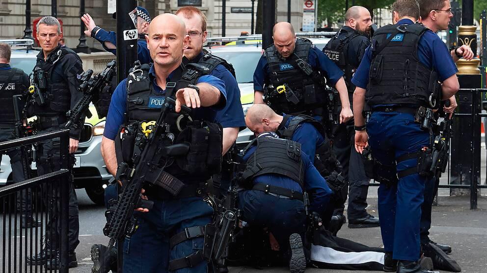 Poliser grep en man nära det brittiska parlamentet i London.