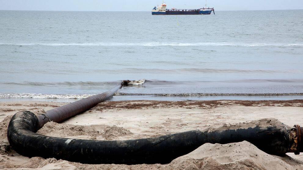 Sand pumpas i land från havet i Ystad 2011.