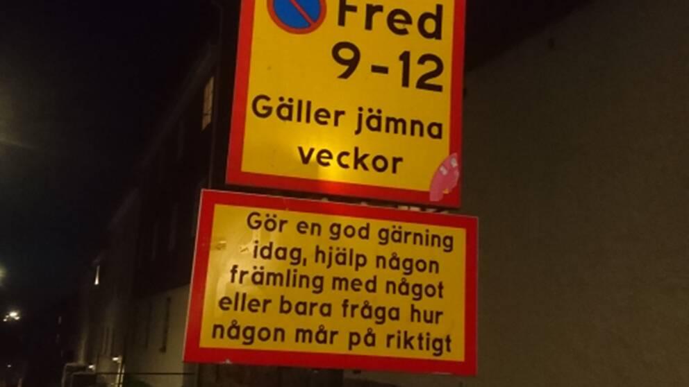 På trafikskylten står det: Gör en god gärning idag, hjälp någon främling med något eller bara fråga hur någon mår på riktigt.