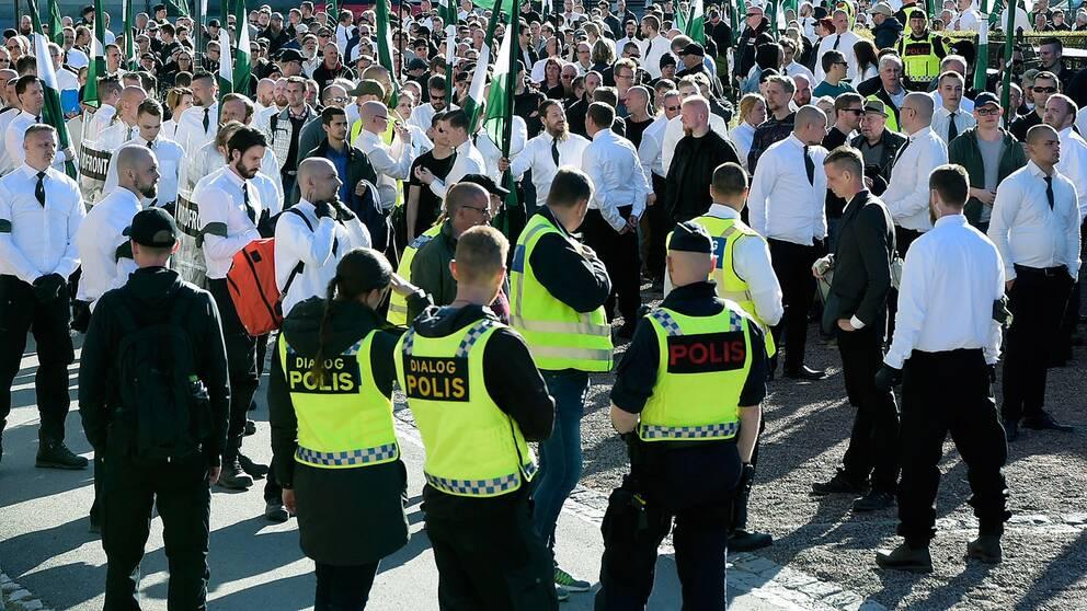 Poliser och demonstranter på första maj