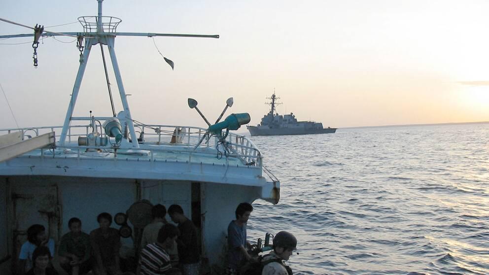 Människor som räddas från somaliska pirater.