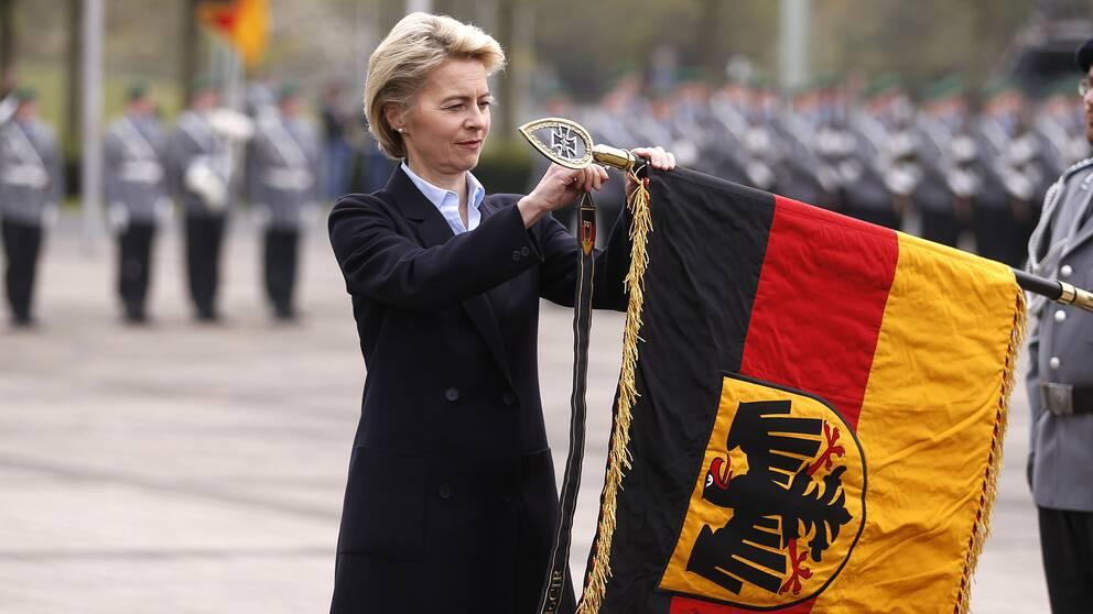 Tysklands försvarsminister Ursula von der Leyen inviger ett nytt cyberregemente