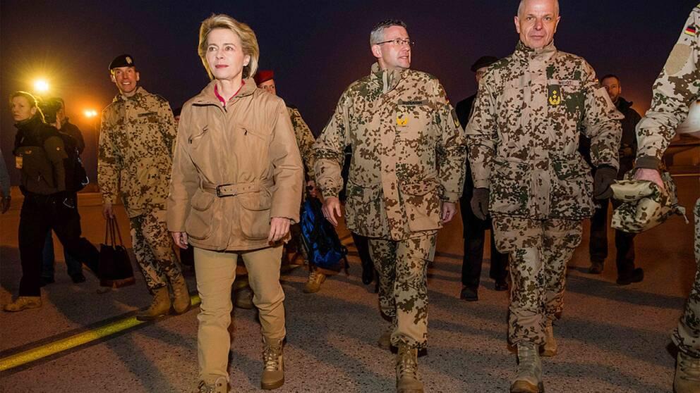 Tysklands försvarsminister på besök hos tyska trupper i Afghanistan.