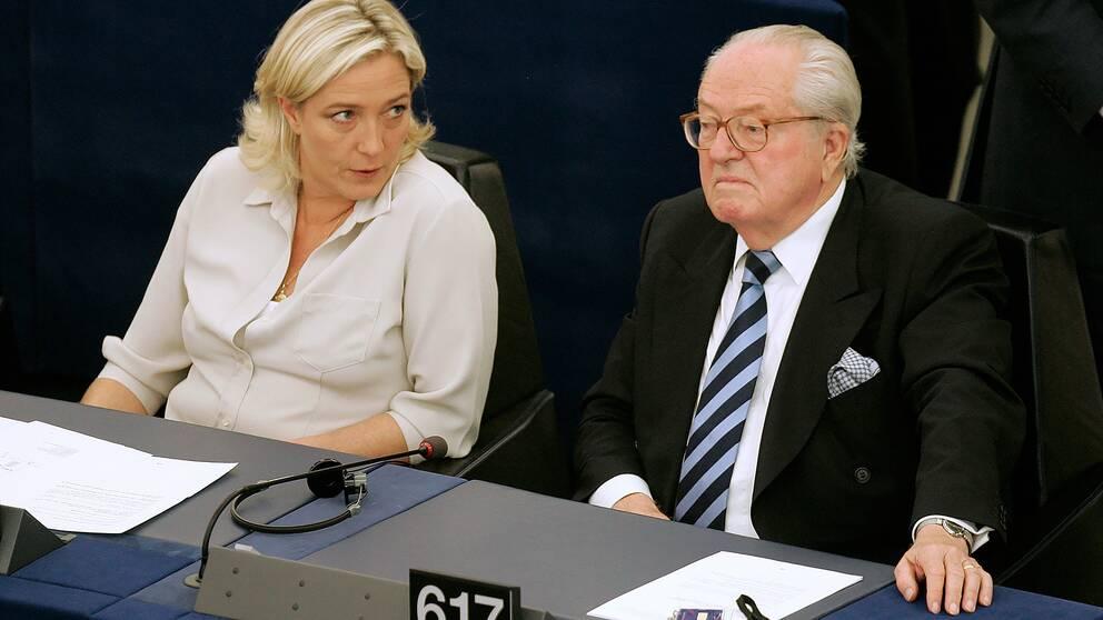 Marine Le Pen och hennes far Jean-Marie Le Pen i Europaparlamentet i Strasbourg (arkivfoto 16 dec 2016)