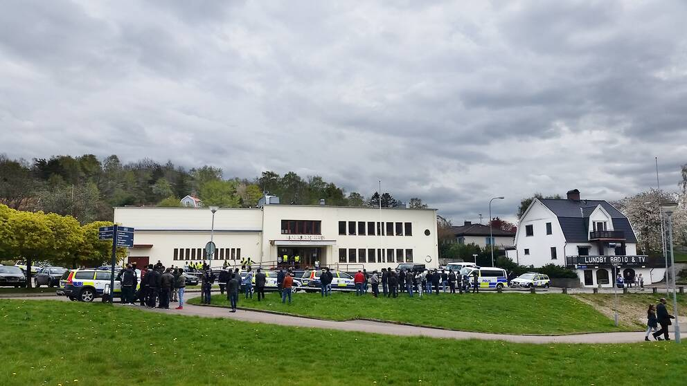 Brunnsbo folkets hus. Polisbilar, poliser och demonstranter.