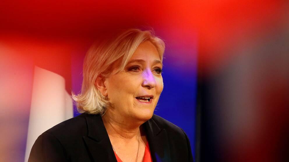 Le Pen erkänner sig besegrad.