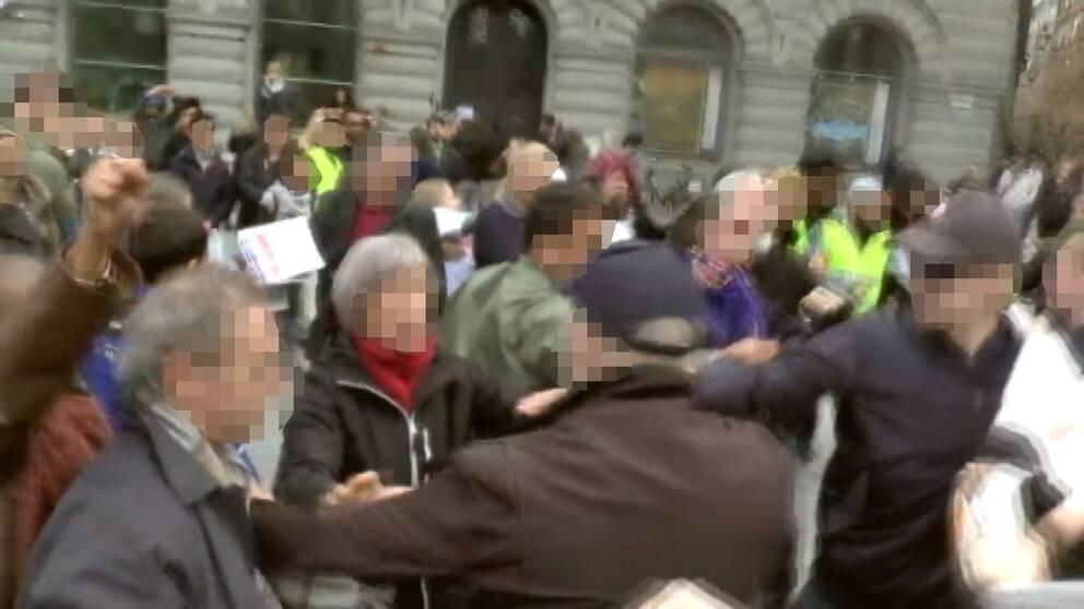 Här angriper högerextrema den fredliga manifestationen på Mynttorget.