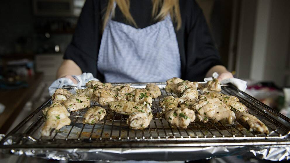 Statsepidemiologen slår larm om att många fortfarande insjuknar av campylobactsmittad kyckling, trots branschens insatser.
