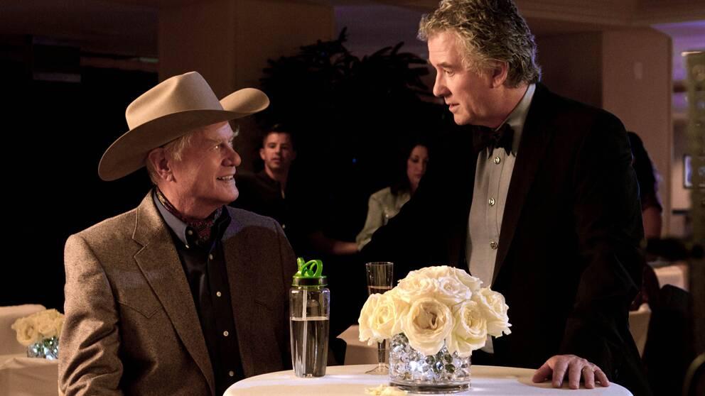 Larry Hagman spelar J.R. Ewing, till vänster i bilden. Patrick Duffy spelar Bobby Ewing.