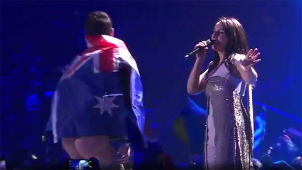Se när den australiske mannen blottar rumpan mitt under Jamalas framträdande