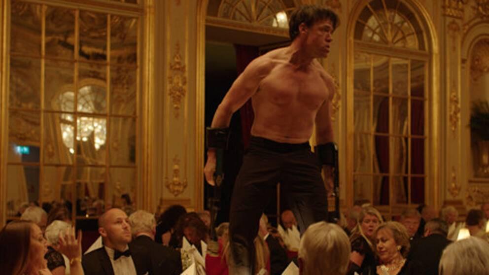 Terry Notary spelar apa i filmen.