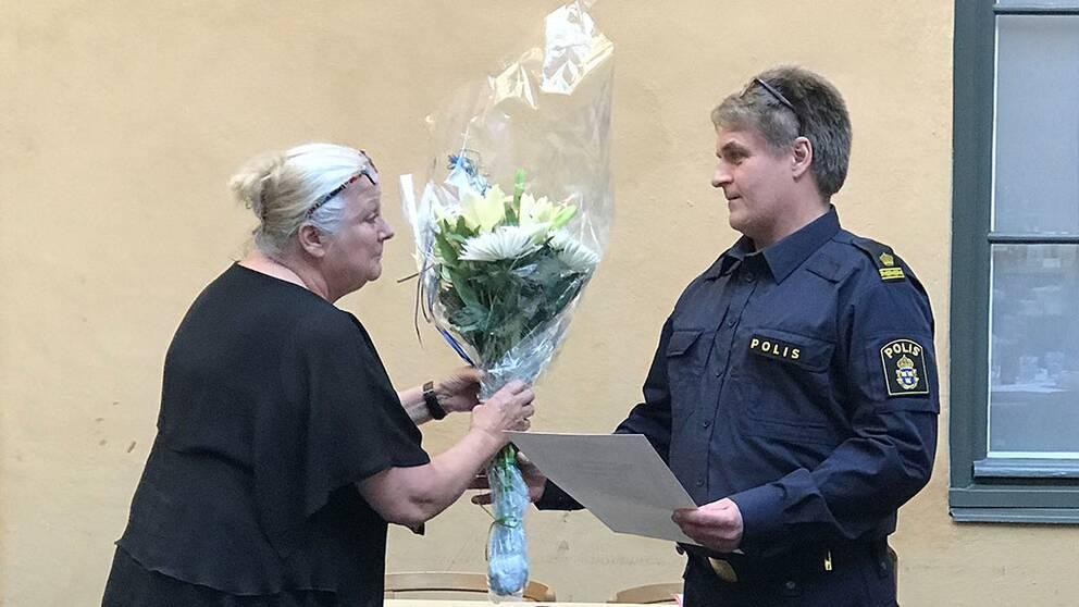 Svenska Djurskyddsföreningens generalsekreterare Lillemor Wodmar överräcker blommor och diplom till Årets djurvän 2017 till Mikael Åslund, polis på Gotland.