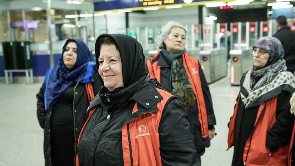 Latife Alpa och de andra kvinnorna kollar läget vid tunnelbanestationen i Fittja.