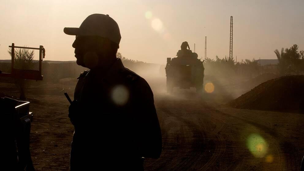 sdltbebc20bEgyptiska säkerhetsstyrkor patrullerar ett område i Minyaprovinsen efter den dödliga attacken mot kopter på väg till ett kloster.