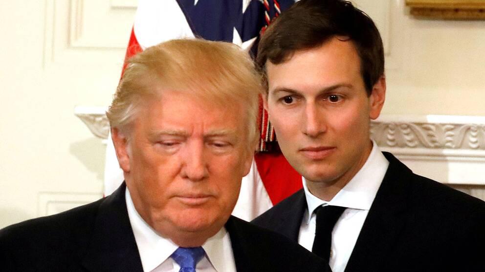 Donald Trump och Jared Kushner framför en amerikansk flagga