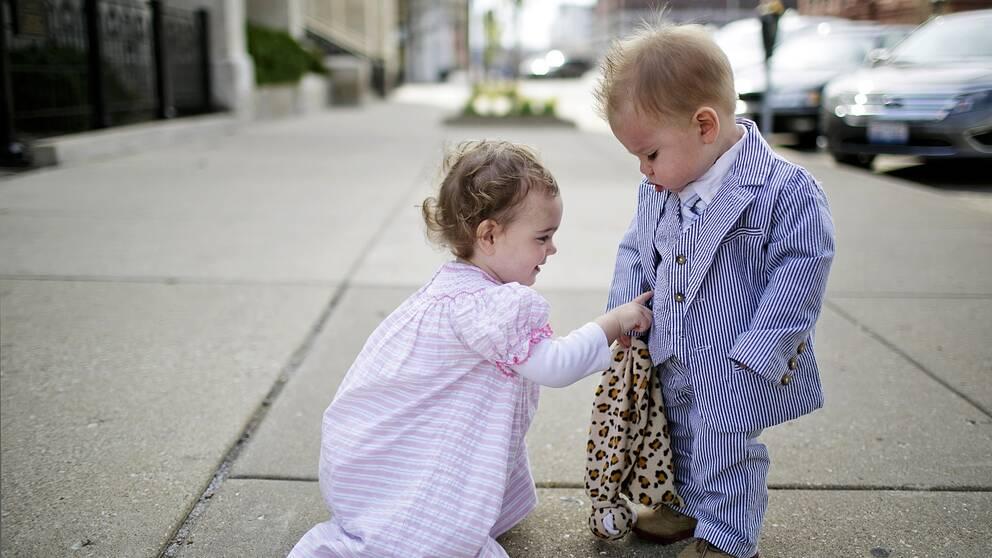 Pojke och flicka i finkläder.