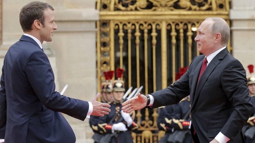 Frankrikes president Emmanuel Macron (vänster) välkomnar Rysslands president Vladimir Putin i Versailles