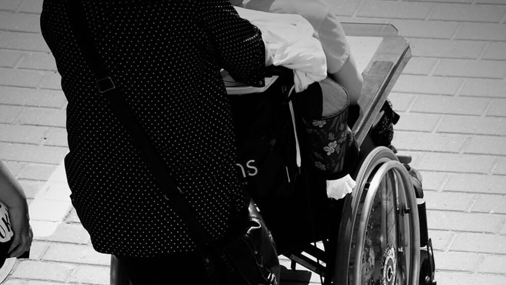 Personal skjutsar brukare i rullstol