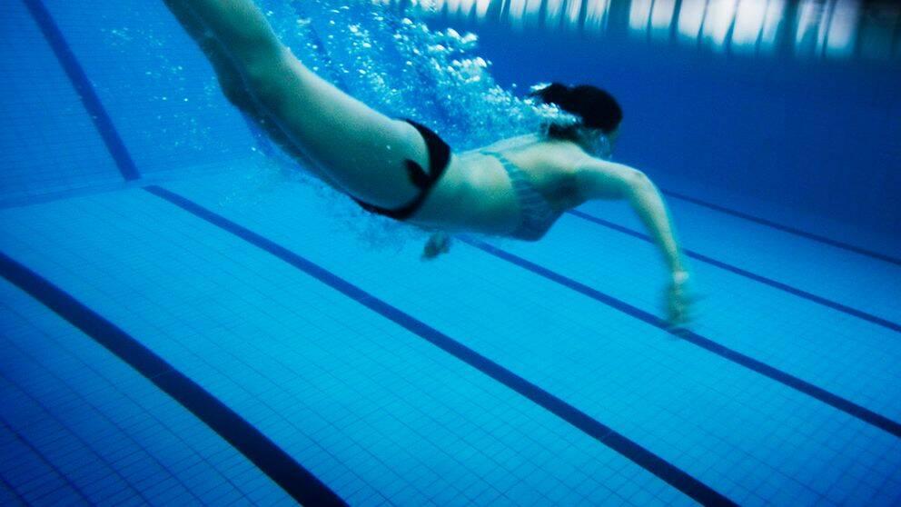 Person hoppar i en pool.