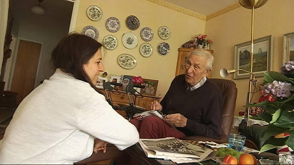 Soraya Abbasinezhad tillsammans med Åke som är en av hemtjänstens vårdtagare.