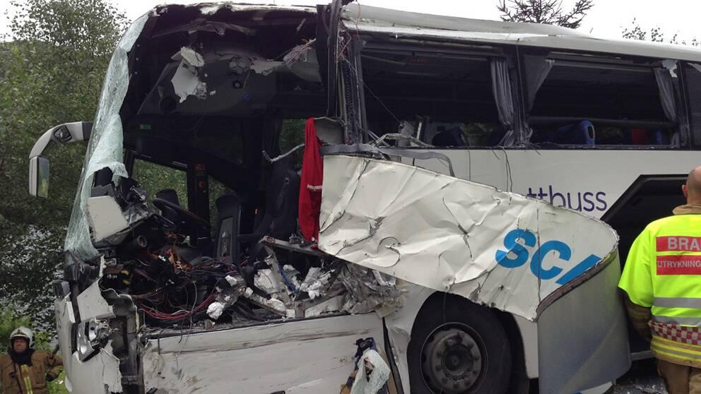 Två bussar varav en svensk har kolliderat på en väg i västra Norge.