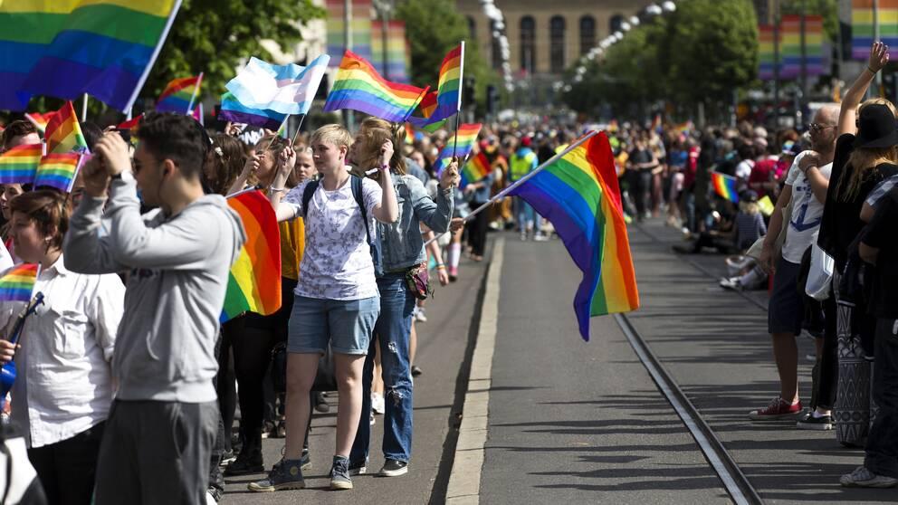 Prideparad nedför avenyn i göteborg