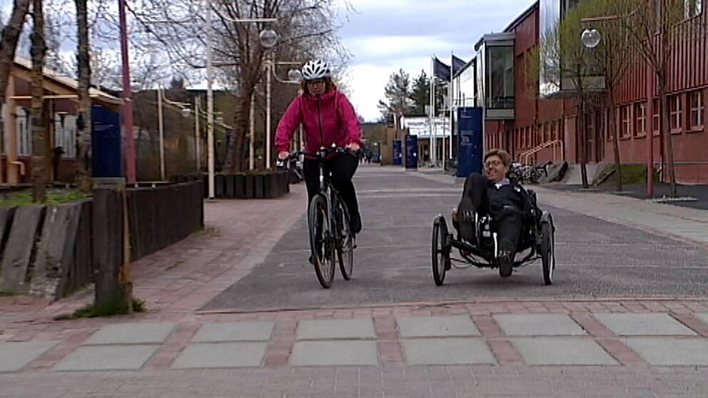 Två personer som cyklar.