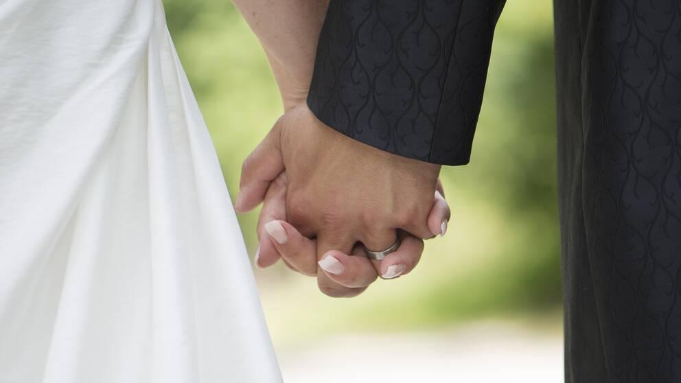 Brudpar hand i hand