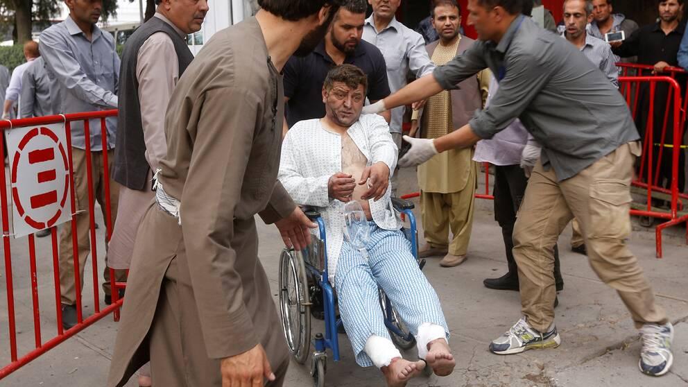 En av de skadade vid explosionerna lämnar sjukhuset.