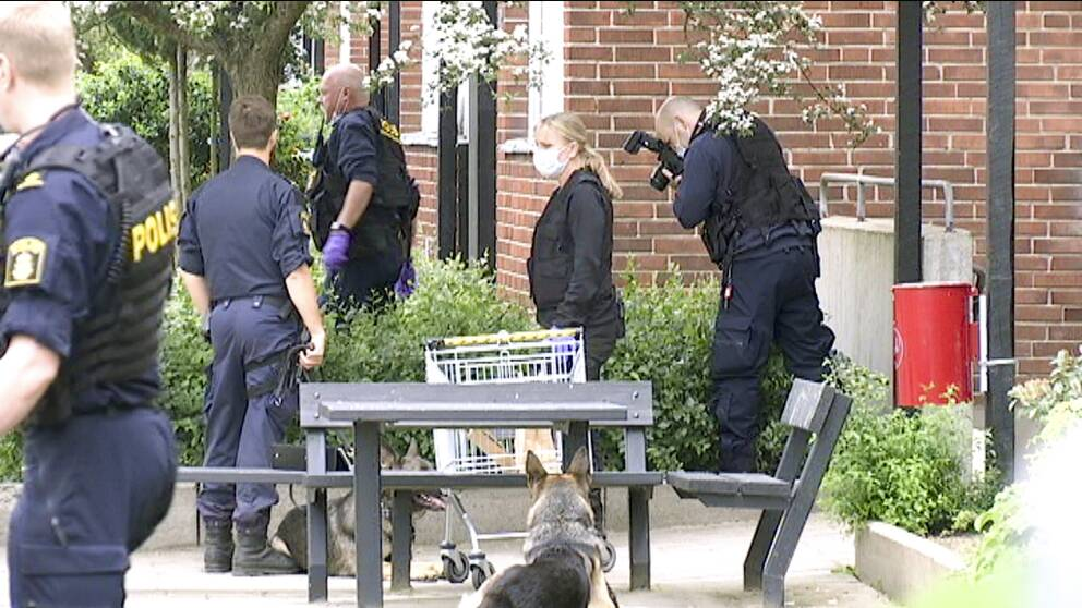 Polis letar spår vid mordplatsen på Drottninghög.