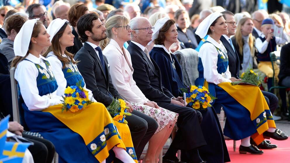 Kungafamiljen sitter och tittar på scenen på Solliden under nationaldagsfirandet 2016.