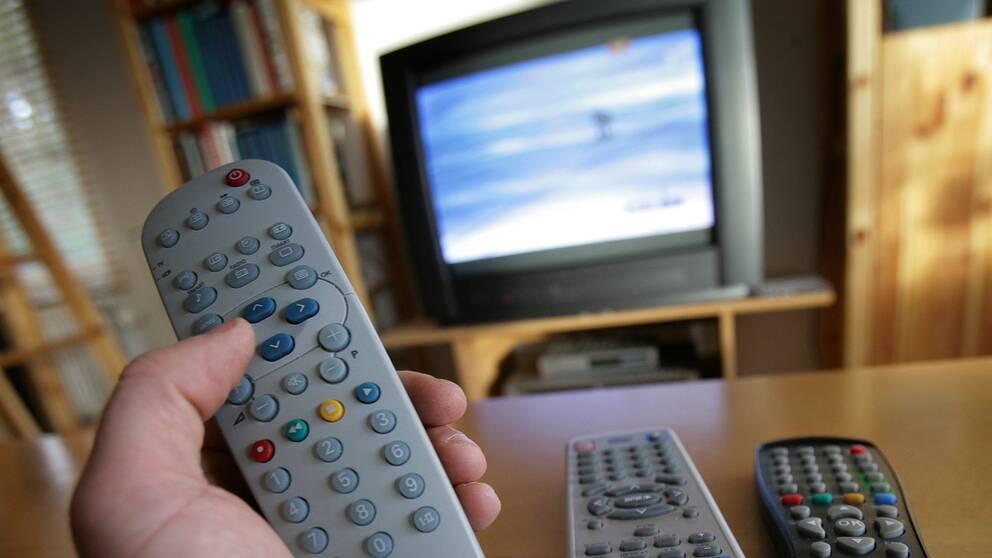 Fjärrkontroller framför en tv.