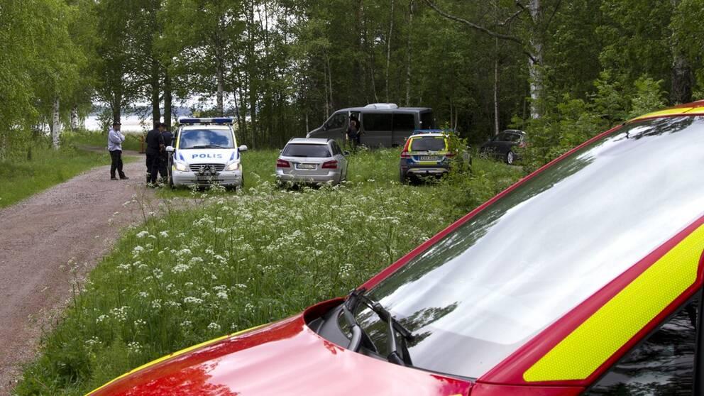Polisbilar och en brandbil