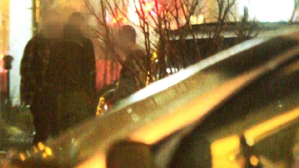 Här smygfotas de bombåtalade männen av polisen under ett möte.