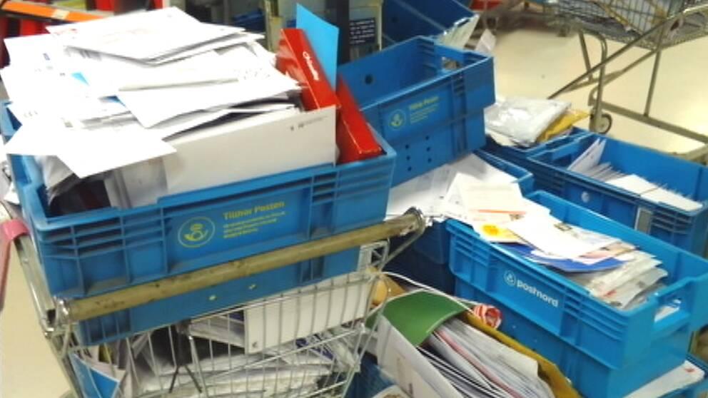 Överfulla postlådor på Årsta postkontor