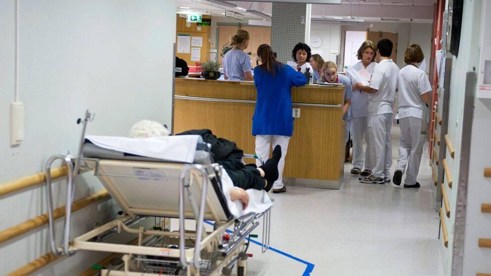 För att vårdpersonalen ska få bättre arbetsvillkor har nu Vänsterpartiet fått igenom en budgetsatsning på två miljarder per år.